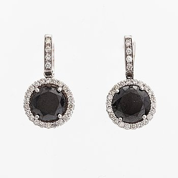 A pair of 18K white gold earrings with colourless diamonds ca 0.75 ct in total and black diamonds ca. 7.00 ct in total.