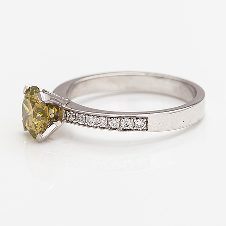 A platinum ring with diamonds ca. 1.55 ct in total.