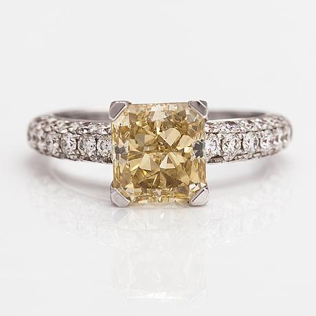 Sormus, 18k valkokultaa, timantteja n. 4.03 ct yht. gia todistuksella.