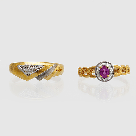 2 rings 18k gold 1 ruby and single-cut diamonds 0,02 ct inscribed, total weight 4,5 g.