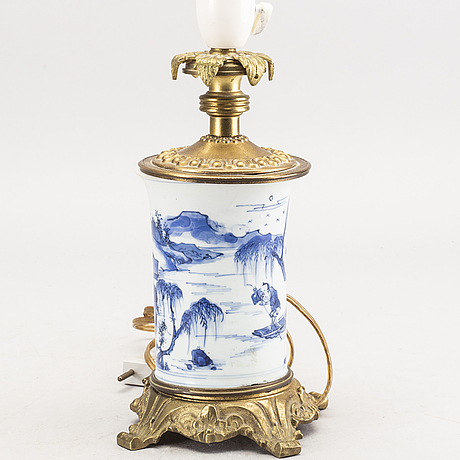 A chinese qianlong porcelain blue and whit table lamp.
