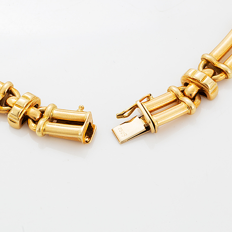 18k gold brilliant-cut diamonds and sapphire necklace.