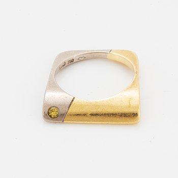 Ring med gul briljantslipad diamant.