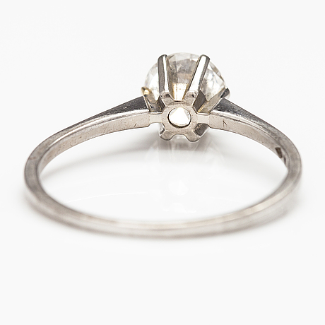 An 18k white gold ring with a ca. 1.20 ct brilliant cut diamond. a. tillander, helsinki 1969.