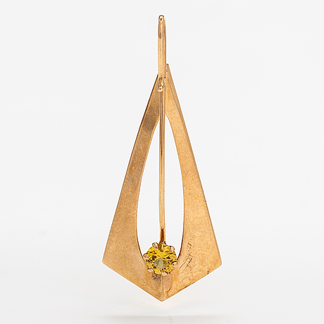 A 14k gold pendant with a synthetic sapphire. pekka aulin, turku 1962.