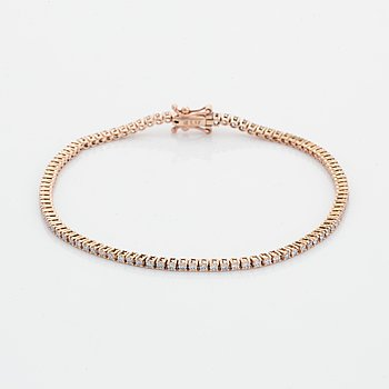 Brilliant-cut diamon tennis bracelet.