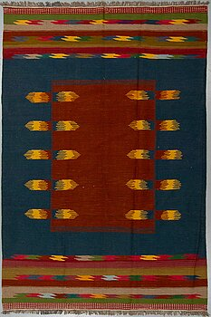 A carpet, Shiraz, ca 297 x 198 cm.