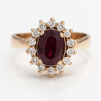 A 14K goldring with a ca. 2.03 ct ruby and diamonds ca. 0.42 ct in total.