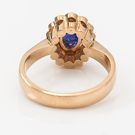 A 14k gold ring with a sapphire and diamonds ca. 0.30 ct in total. timo nupponen.