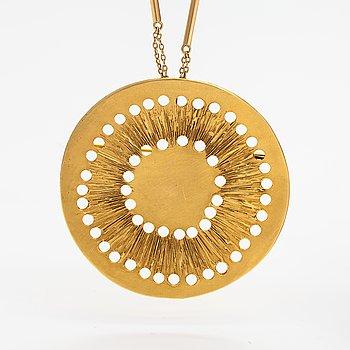 Lotta Orkomies, An 18K gold necklace/brooch. A Tillander, Helsinki 1973.