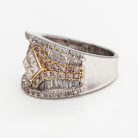 A 14k white gold ring with diamonds ca. 2.00 ct in total.