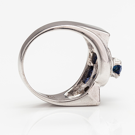A 14k white gold ring with sapphires and diamonds ca. 0.18 ct in total.