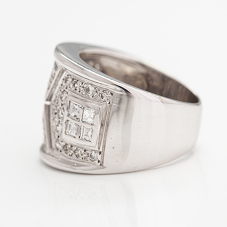 An 18k white gold ring with diamonds ca. 1.00 ct in total.