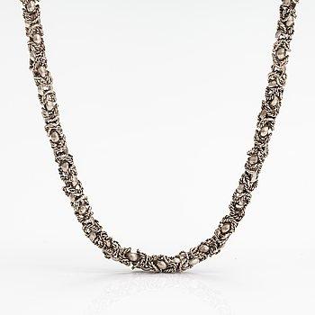 A silver collier.