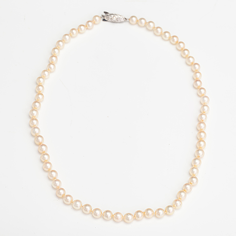 A pearl collier with cultured pearls and meral clasp.
