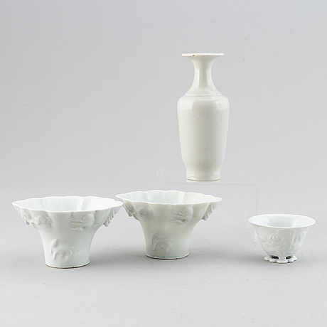 A set of 3 blanc de chine libation cups and a vase, late qing dynasty.