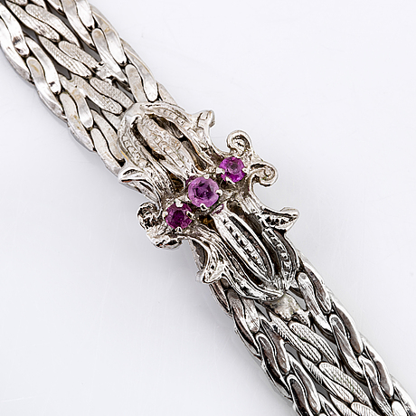 Bracelet 18k whitegold with 3 pink sapphires, approx 19 x 0,8 cm, 21,4 g.