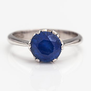 A 14K white gold ring with a sapphire. Finland.