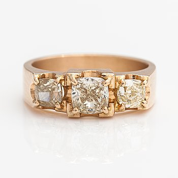 A 14K gold ring with cushion-cut diamonds ca. 1.80 ct in total. Vartanet Deranax, Vantaa 2019.