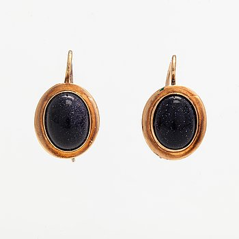 A pair of 14K ogld earrings with purplr goldstones. Turku.