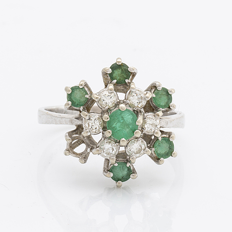 Ring 18k whitegold, brilliant-cut diamonds 0,36 ct inscribed and emeralds.
