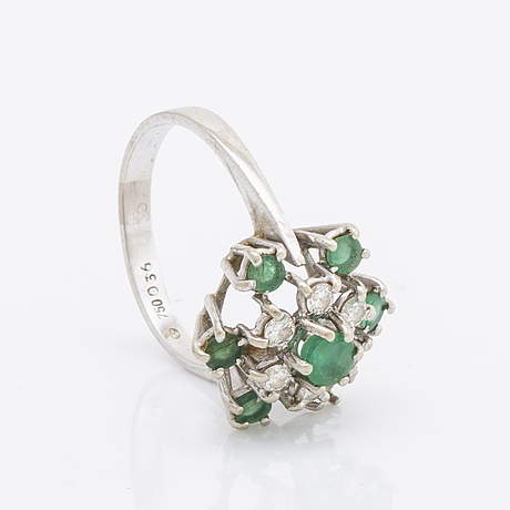 Ring 18k whitegold, brilliant-cut diamonds 0,36 ct inscribed and emeralds.