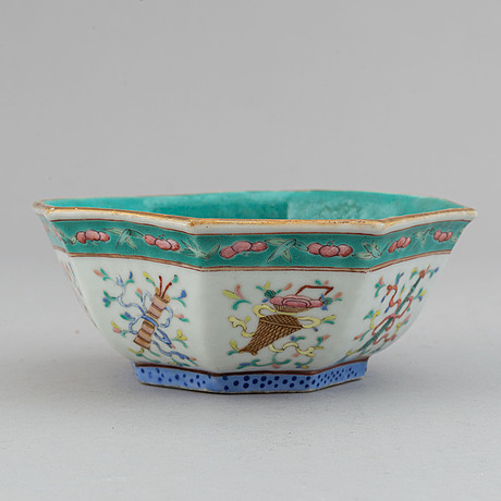 A small famille rose bowl, late qing dynasty, 19th century.
