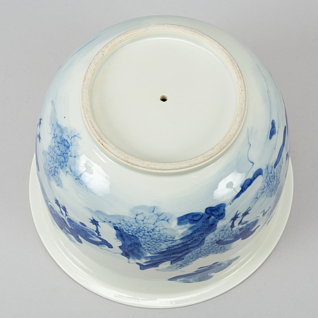 A late 19th century chinese blue and white porcelaine plater.