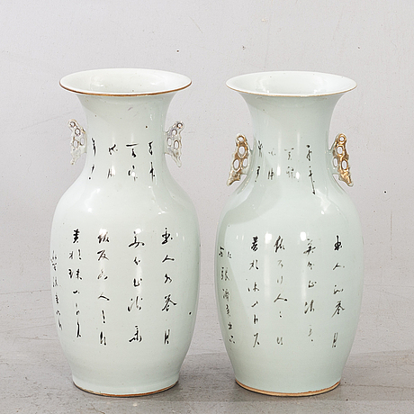 A set of 2 chinese 19th century porcelain vases.