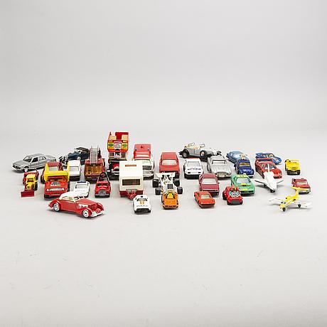 Samling leksaksbilar, + bok,mesta dels corgi och lensney, england, 32 delar,1900-talets andra hälft.