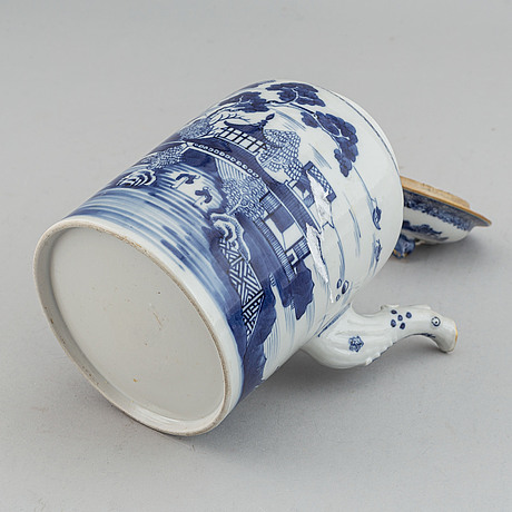A blue and white coffee pot with cover, qing dynasty, qianlong (1736-95).