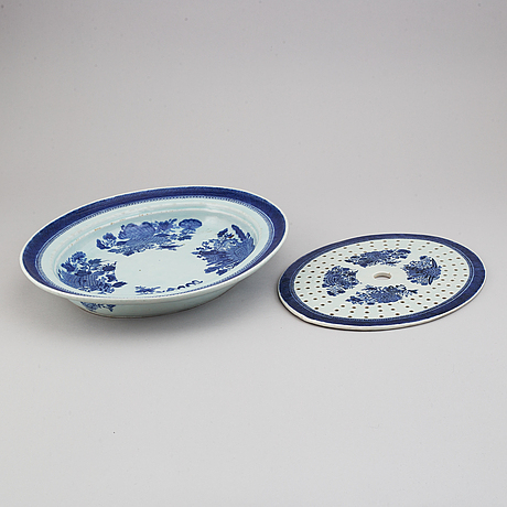 A blue and white 'fitz hugh' serving dish with strainer, qing dynasty, jiaqing (1796-1820).