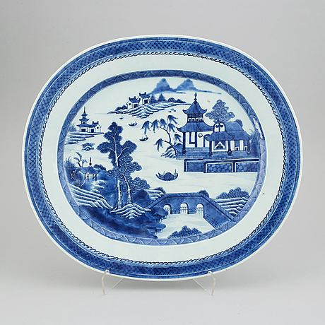 A blue and white oval serving dish, qing dynasty, jiaqing (1896-1820).