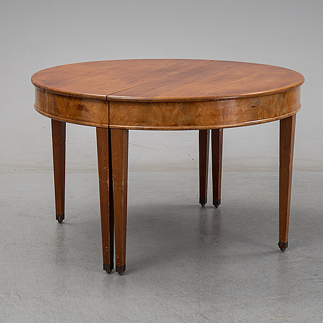 A english style dining table from the first half of the 20th century.