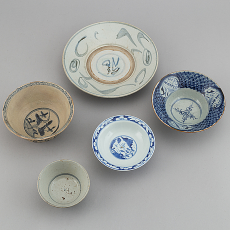 A group of five blue and white chinese dishes, 17th/19th century.