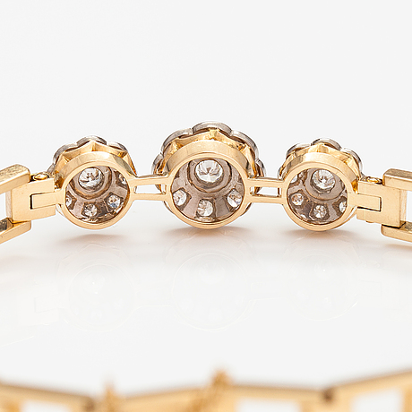 An 18k gold bracelet with diamonds ca. 0.55 ct in total. kultaseppäkoulu, lahti 1981.