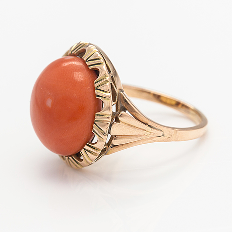 An 18k gold ring with a cabochon cut cpral.