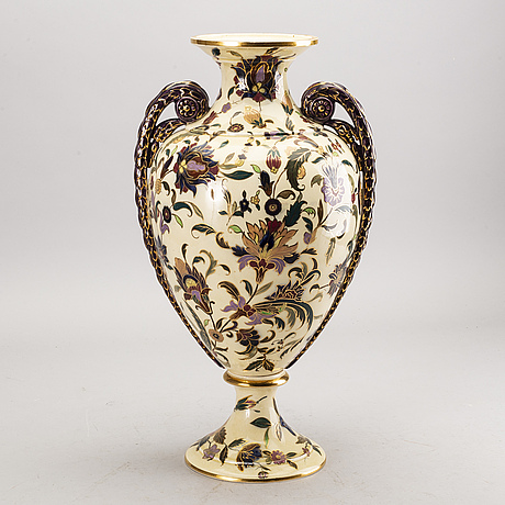 A röstrand majolica vase around 1900.