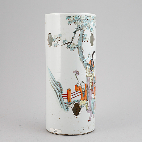 A chinese famille rose porcelain hat stand, first half of the 20th century.