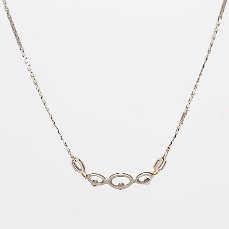 Collier, 18k vitguld med 3 mindre briljantslipade diamanter .