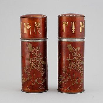 Burkar med lock, ett par, tenn. Kina, troligen tidigt 1900-tal.