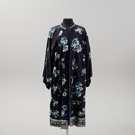 A chinese silk robe, early 20th century.