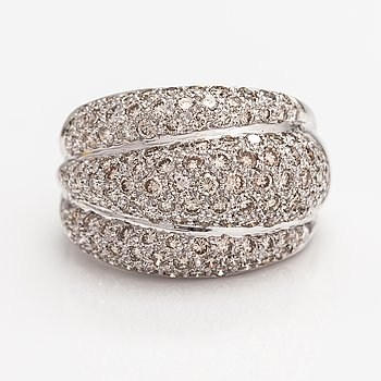 An 18K white gold ring with diamonds ca. 3.51 ct in total.