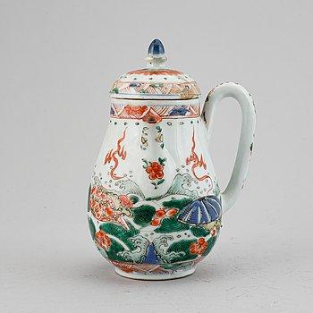 An Imari verte tea pot with cover, Qing dynasty, Kangxi (1662-1722).