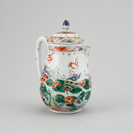 An imari verte tea pot with cover, qing dynasty, kangxi (1662-1722).