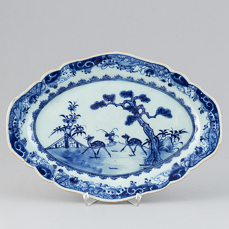 A blue and white dish, qing dynasty, qianlong (1736-95).