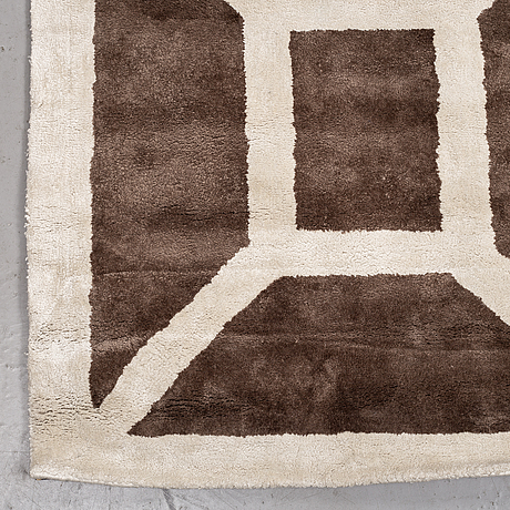 "A carpet, tufted, so caled bamboo silk, ""entrance elephant dark nougat"", layered, ca 400 x 298 cm."