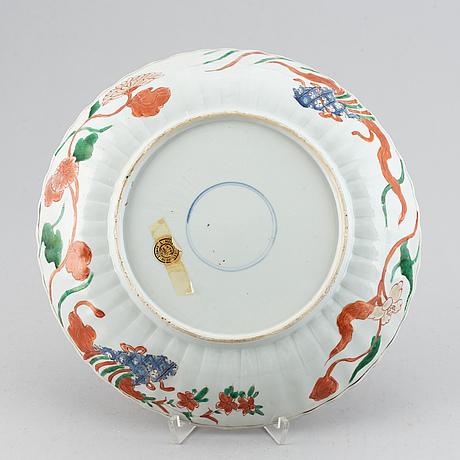 An imari verte dish, qing dynasty, kangxi (1662-1722).