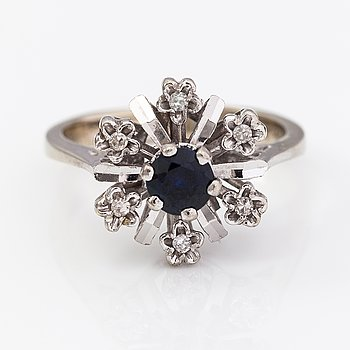 An 18K white gold ring wtih a sapphire and diamonds ca. 0.03 ct in total.