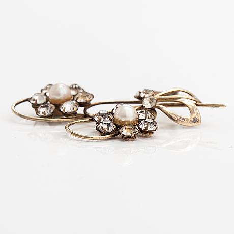 Elis kauppi, a gilded silver brooch with glass stones and cultured pearls. kupittaan kulta, turku, 1940's.